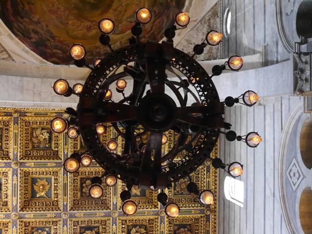 Sous la lampe, on aperçoit la magnificence des différents plafonds, dont celui de la coupole.
