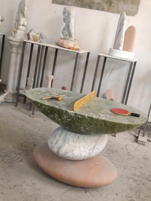 Neal Barab est américain et il aime travailler les marbres de différentes couleurs et les associer.