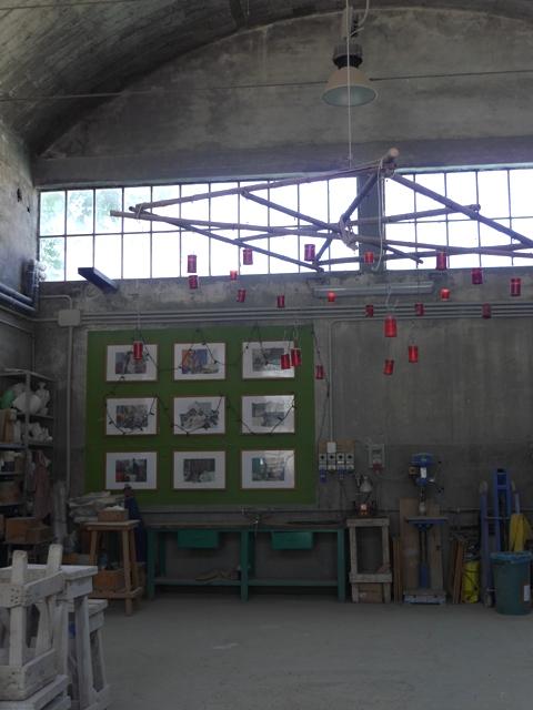 A l'intérieur, chaque sculpteur dispose d'une zone où il peut exposer ses oeuvres terminées. La jolie suspension est de Christine et a servi pour une soirée organisée dans ce lieu.