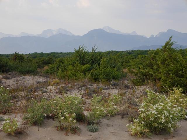 Depuis la plage de Via Reggio, la chaîne de montagnes se dessine au loin...