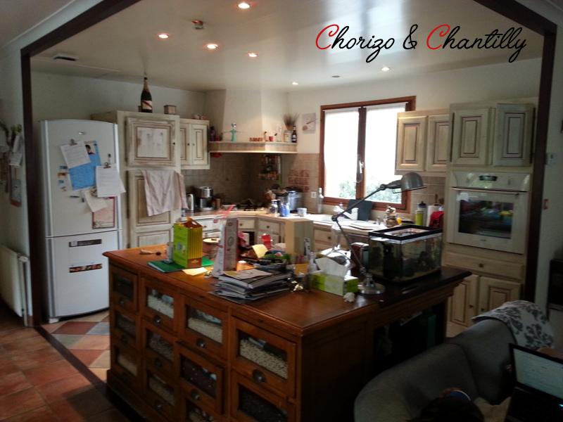 Notre ancienne cuisine - en bois cérusé - La séparation avec la salle à manger et le salon se fait avec un grainetier et un bibus, derrière lesquels est fixée un plateau en bois.