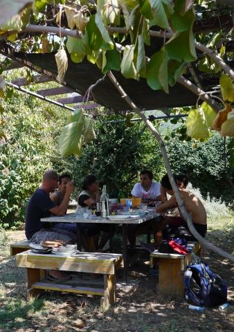 Déjeuner sous la tonnelle, à la recherche d'un peu de fraîcheur avec les sculpteurs présents ce jour-là.