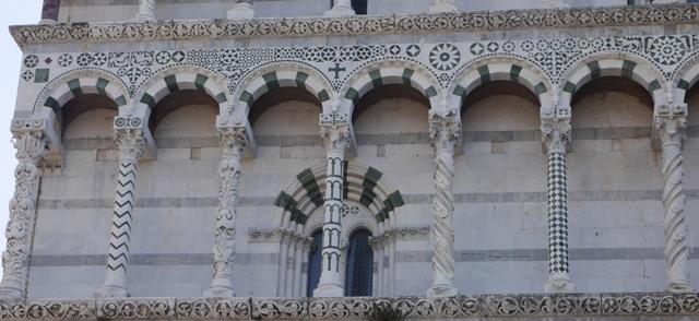 """Le fameux duomo de Lucques et sa façade qui annonce la """"couleur"""" ou plutôt le travail d'orfèvre... et le goût pour les graphismes ;-)"""
