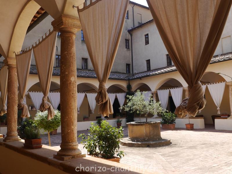 jolie cour intérieure hôtel Pienza Toscane Italie