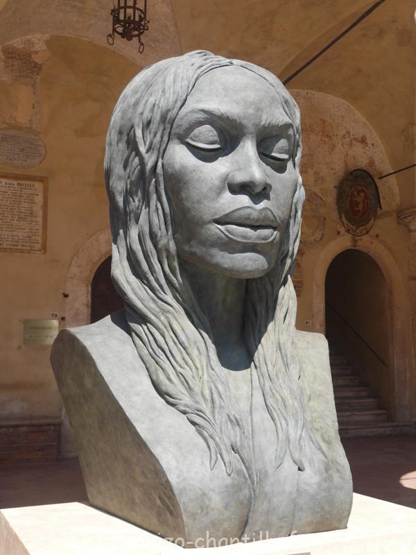 sculpture buste Pienza italie Helga Vockenhuber