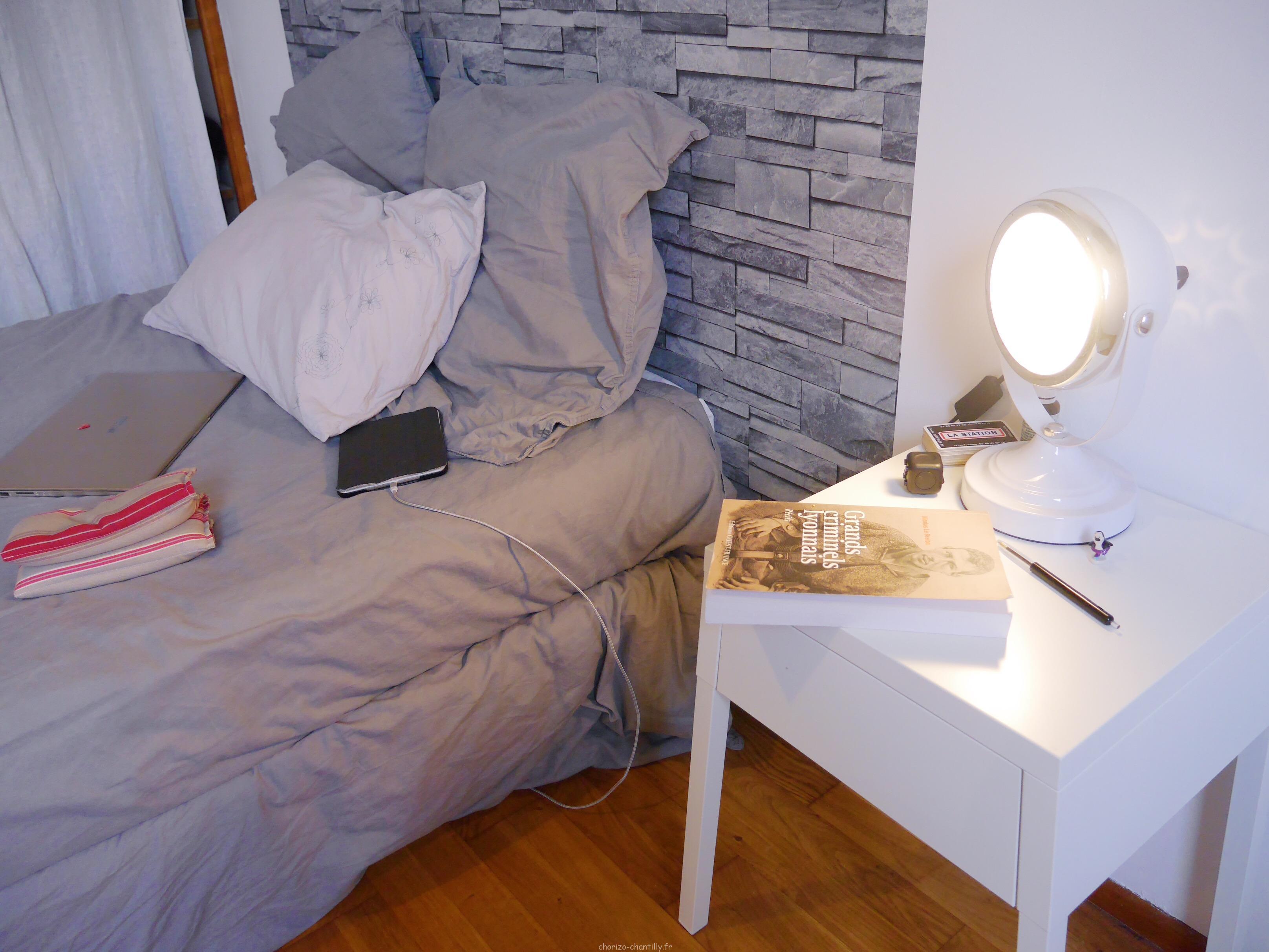 Petit Chevet En Métal Ikea, Lampe Phare Becquet Déjà Dans La Place Et 4  Caissons Bibliothèque/étagère Ikea Posés En Quinconce Sur Le Mur Pour  Quelques ...